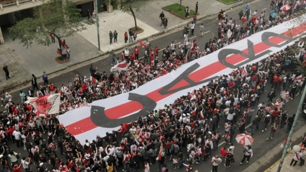 Bannerul pe care se pot citi iniţialele Club Atletico River Plate
